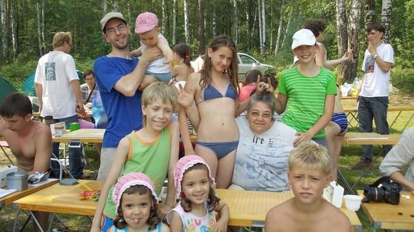 Т В зелёной майке - Алёшка, а девочки его сестрёнки. Справа мой внук, сзади моя внучка и девочка из Перми.