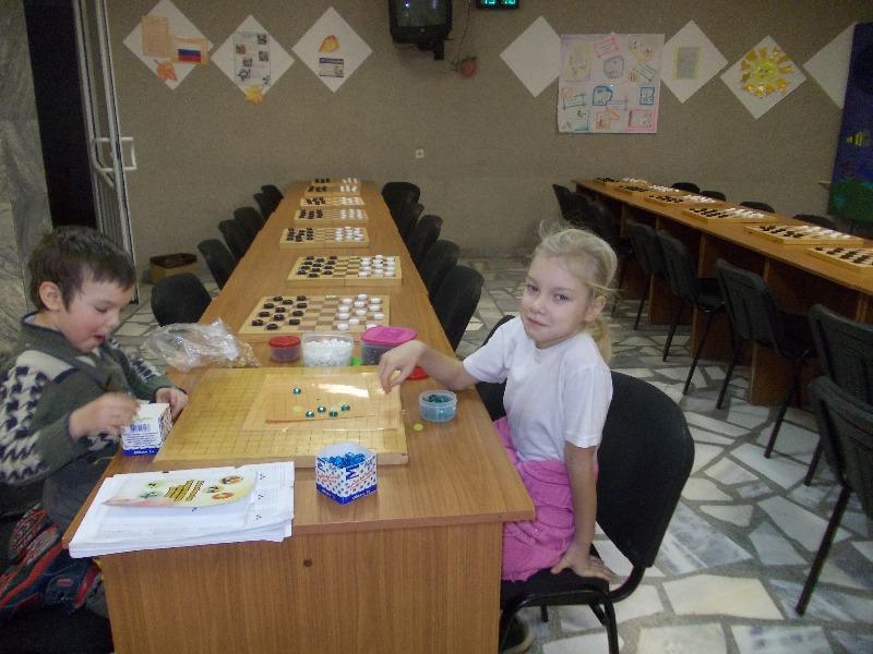 Уже не в первый раз Елисеева Татьяна приводит своёго четырёхлетнего брата. Мальчик уже начинает летать по гобану правильно. Ему очень нравится быть всадником